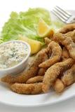 Dedos de peixes fritados caseiros com molho de tártaro foto de stock