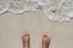 Dedos del pie en la playa Imagen de archivo libre de regalías