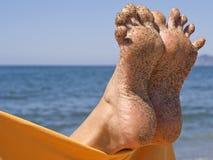 Dedos del pie locos de la mujer de Sandy en la playa Foto de archivo