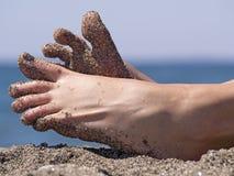 Dedos del pie locos de la mujer de Sandy en la playa Fotografía de archivo libre de regalías