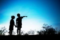 Dedos do irmão sua irmã a olhar ao futuro Conce de Silhoutte Fotos de Stock