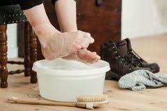 Dedos do pé acima ondulados sobre a água e a escova ensaboadas frias Fotos de Stock Royalty Free