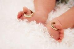 Dedos do pé minúsculos com anéis de casamento foto de stock