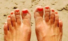 Dedos do pé pintados na praia Fotografia de Stock Royalty Free