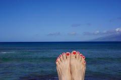 Dedos do pé pintados na praia Imagens de Stock