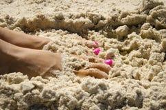 Dedos do pé na areia Imagem de Stock