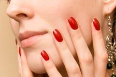 Dedos elegantes en cara de la mujer Imágenes de archivo libres de regalías
