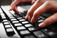 Dedos en el teclado Imágenes de archivo libres de regalías