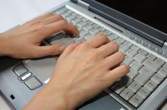 Dedos en la computadora portátil foto de archivo