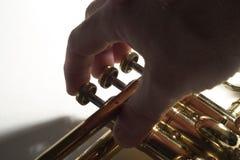 Dedos en las válvulas de la trompeta Foto de archivo libre de regalías