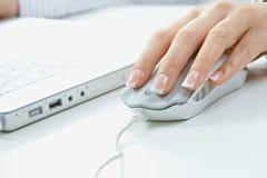 Dedos en ratón del ordenador Imagenes de archivo