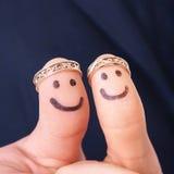 Dedos fascinados com anel de noivado Fotografia de Stock