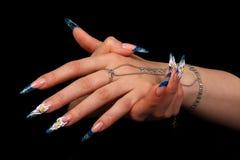 Dedos humanos com unha longa e m bonito imagem de stock royalty free