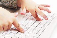 Dedos meñiques usando el ordenador portátil Foto de archivo