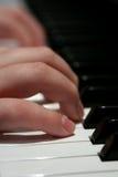 Dedos no teclado de piano Fotos de Stock