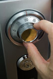 Dedos que dan vuelta al dial seguro Imagen de archivo