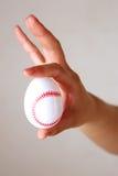 Dedos que sostienen el huevo de Pascua Imagen de archivo libre de regalías