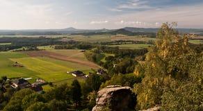 从Dedova vyhlidka视图的秋天全景关于Svojkov在北部波希米亚 免版税库存照片