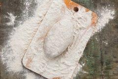 Deeg in bloem voor roggebrood op een houten raad royalty-vrije stock fotografie