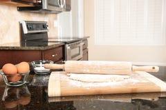 Deeg en deegrol in keuken Royalty-vrije Stock Afbeelding