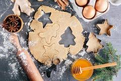 Deeg en ingrediënten voor gemberkoekjes Stock Foto's