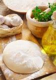 Deeg en ingrediënten voor pizza Royalty-vrije Stock Afbeeldingen