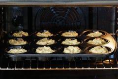 Deeg voor heerlijke de kersenmuffins van de veganistvanille in de oven stock foto
