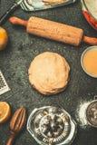 Deeg voor koekjes of cakebaksel op de donkere achtergrond van de keukenlijst met tol en ingrediënten Royalty-vrije Stock Afbeelding
