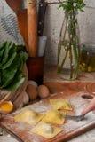 Deegmengeling voor eigengemaakte ravioli met ricotta en spinazie Royalty-vrije Stock Afbeelding