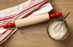 Deegrol met klassieke rode en witte gestreepte katoenen droogdoek Stock Foto