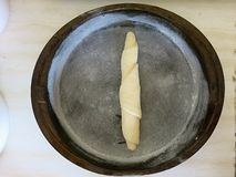 Deegverwerking en voorbereiding voor bakselbroodjes en baguettes stock foto's