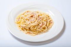 Deegwaren Carbonara met ham en kaas, Spaghetti Carbonara met Gebakken Ham And Parmesan royalty-vrije stock afbeeldingen