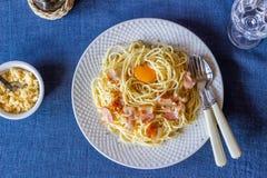 Deegwaren Carbonara op een blauwe achtergrond Italiaans voedsel stock afbeeldingen