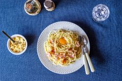 Deegwaren Carbonara op een blauwe achtergrond Italiaans voedsel stock foto's