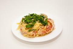 Deegwaren Carbonara volgens het Italiaanse recept thuis wordt gekookt dat stock foto