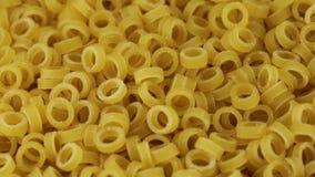 Deegwaren in de vorm van ringen stock videobeelden