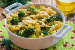 Deegwaren en broccolibraadpan Stock Foto