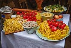 Deegwaren en eigengemaakte voedselregeling buiten een restaurant royalty-vrije stock foto