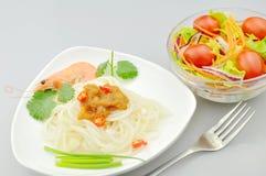 Deegwaren en salade Stock Fotografie