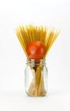 Deegwaren en tomaat in metselaarkruik Stock Afbeeldingen