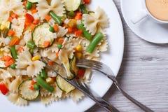 Deegwaren farfalle met groenten en close-up van de koffie de hoogste mening Royalty-vrije Stock Foto's