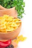 Deegwaren in kom en groente stock foto's