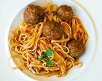 Deegwaren Linguine met vleesballetjes en tomatensaus stock foto's