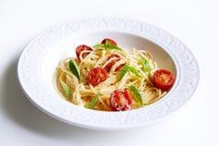 Deegwaren met bacil en tomaten stock afbeeldingen