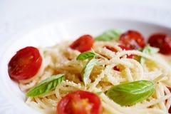 Deegwaren met bacil en tomaten royalty-vrije stock foto