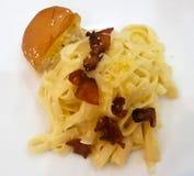 Deegwaren met bacon en brood royalty-vrije stock foto