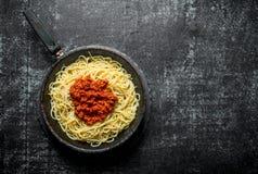 Deegwaren met Bolognese saus in pan royalty-vrije stock fotografie