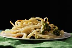 Deegwaren met broccoli in duisternis Stock Fotografie