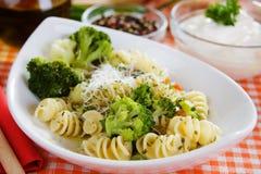 Deegwaren met broccoli en geraspte kaas Stock Fotografie