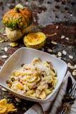 Deegwaren met carbonaria, spaghetti met harde parmezaanse kaas en kaas-saus Traditionele Italiaanse keuken Deegwaren al-Carbonara royalty-vrije stock foto's
